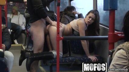 Порно в автобусе. Милашка подставила киску под член при пассажирах