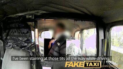 Грязное порно в такси. Брюнетка чпокается после минета в голую пещерку